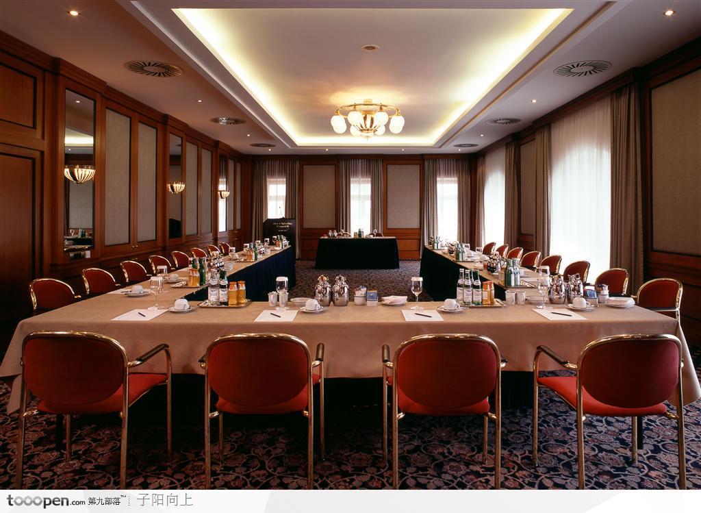 一、根据会议内容、会场的大小和形状的不同来选择会场的形式。 二、会场布置类型采用弦月式(研讨式):房间内放置一些圆形或椭圆形桌子,椅子只放在桌子的一面,以便所有观众都面向屋子的前方。特点: 适于少量人员开会,利于彼此间的交流,布置也较为正式。 三、准备会议用到的视听设备,包括幻灯机、录像机、投影仪、音响系统(录音机、扩音调音台等)、电脑等。 四、其他: 1)在会议桌上摆放会议所需的资料、文具、茶具、话筒;桌上铺有台布,保持干净清洁;同时摆放绿色植物和小型的鱼缸来增加会场的和谐气氛。 2)准备台卡、台卡纸(